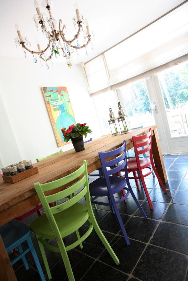 Linnen transparante blind. Aan tafel stoeltjes van Dille & Kamille geschilderd in 6 kleuren