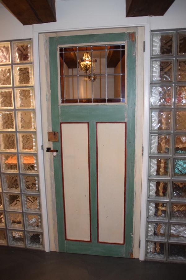 Oude deur van antieke bouwmaterialenhandel