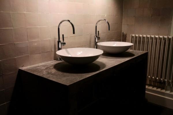 Stoer betonnen blad met dunnen ronde wasbakken