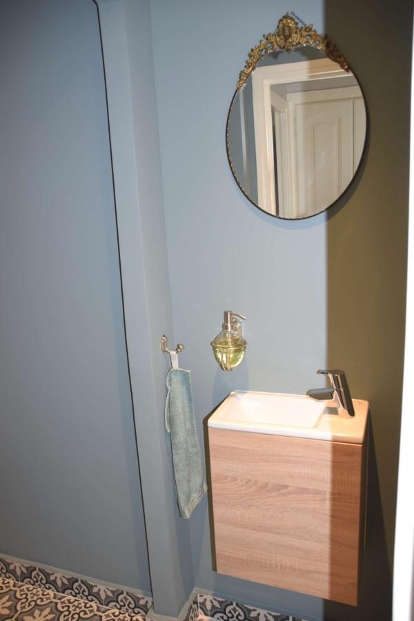 Brocante spiegel op muur Oval Room Blue van Farrow & Ball