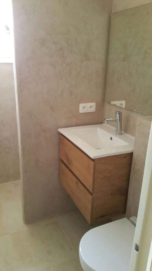 Houten badkamermeubel en Mosa tegels op de vloer