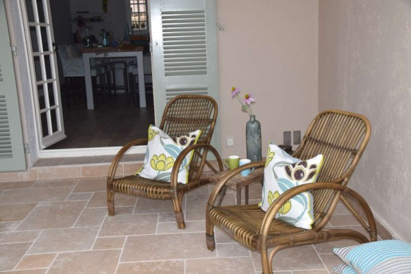 Schaduwhoek met stoelen Hoffz en kussens Designers Guild