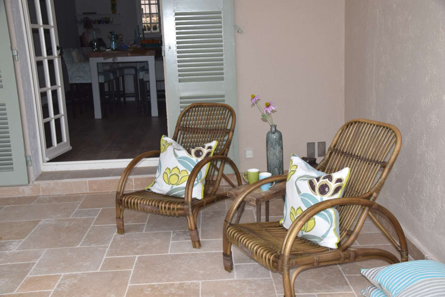Schaduwhoek met stoelen hoffz en kussens designers guild in huis