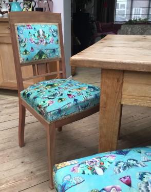 Vintage stoeltje met vlinder fluweel