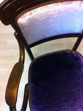 Detail Thonetstoel met 2 kleuren velours