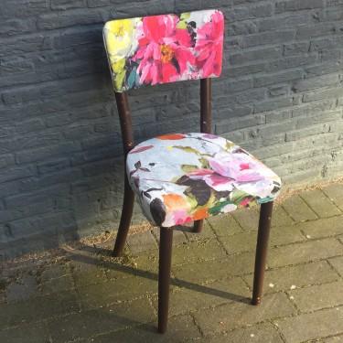 Vintage stoeltje met bloemstof